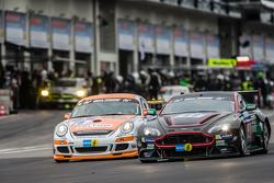 #79 Prosport Performance, Porsche Cayman R: Klaus Bauer, Richard Gartner, Moritz Kranz, Andreas Patzelt und #48 Aston Martin Test Centre, Aston Martin V12: Liam Talbot, Florian Kamelger, Peter Cate, Wolfgang Schuhbauer