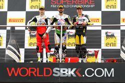 Podium : le deuxième, Jules Cluzel, MV Agusta, le vainqueur, Kenan Sofuoglu, Puccetti Racing Kawasaki, et le troisième, Kyle Ryde, Pacedayz European TrackDays