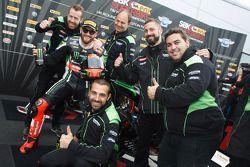 Le vainqueur, Tom Sykes, Kawasaki, fête ses victoires avec son équipe