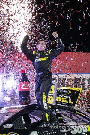 El ganador de la carrera, Carl Edwards, Joe Gibbs Racing Toyota