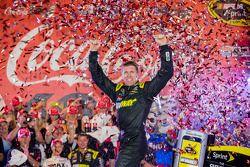 Le vainqueur Carl Edwards, Joe Gibbs Racing Toyota