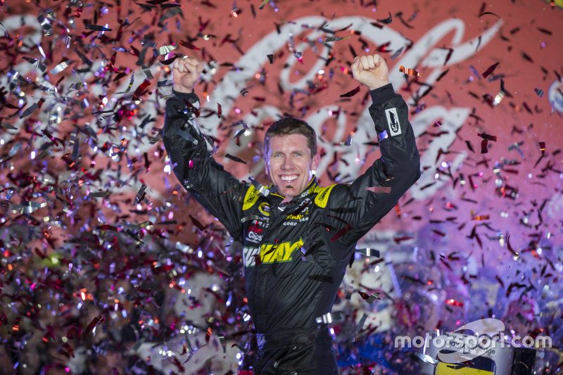 El ganador de la carrera, Carl Edwards, Joe Gibbs Racing Toyota