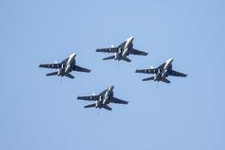 Un F-18A pasa por encima del circuito
