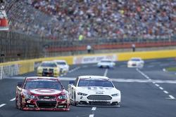 Kyle Larson, Chip Ganassi Racing, Chevrolet, und Brad Keselowski, Team Penske, Ford