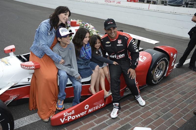 El ganador de la carrera, Juan Pablo Montoya, Team Penske Chevrolet, en la sesión de fotos del ganad