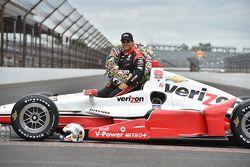 El ganador de la carrera, Juan Pablo Montoya, Team Penske Chevrolet, durante la sesión de fotos del