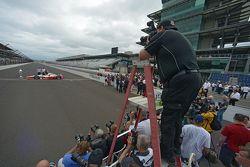 Le vainqueur Juan Pablo Montoya, Team Penske Chevrolet pendant le photoshoot du vainqueur