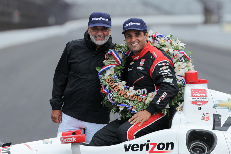 El ganador de la carrera, Juan Pablo Montoya, Team Penske Chevrolet, en la sesión de fotos del ganador