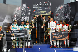 Podio: ganadores de la carrera Shane van Gisbergen, Robert Bell Kevin Estre, segundo lugar Robin Fri