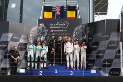Podium: racewinnaars Shane van Gisbergen, Robert Bell, Kevin Estre, tweede plaats Robin Frijns, Laur