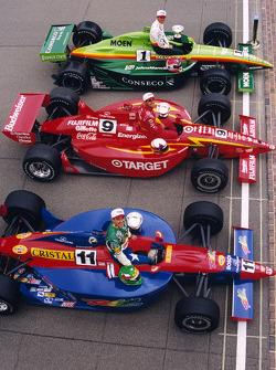 La première ligne, Greg Ray, Team Menard, Juan Pablo Montoya, Chip Ganassi Racing, et Eliseo Salazar, A.J. Foyt Enterprises