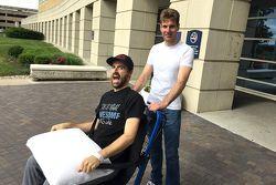 James Hinchcliffe sale en silla de ruedas del hospital llevado por Will Power