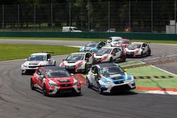 Pepe Oriola, SEAT Leon, Craft Bamboo Racing LUKOIL and Andrea Belicchi, SEAT Leon, Target Competition