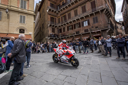 Andrea Dovizioso, Ducati Team en Piazza del Campo, Siena