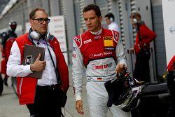 Timo Scheider, Audi Sport Team Phoenix Audi RS 5 DTM, met zijn engineer