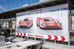 Cartello pubblicitario Porsche nel paddock
