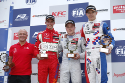 Podium Carrera 1: segundo lugar, Mikkel Jensen, Mücke Motorsport, con el ganador, Felix Rosenqvist,
