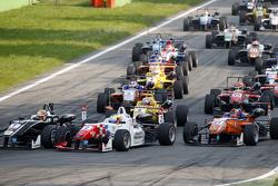 Arrancada: Charles Leclerc, Van Amersfoort Racing Dallara Volkswagen y Jake Dennis, Prema Powerteam