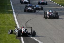 Charles Leclerc, Van Amersfoort Racing Dallara Volkswagen con un coche dañado