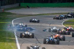 Tatiana Calderon, Carlin, Dallara Volkswagen, mit Dreher; und Alessio Lorandi, Van Amersfoort Racing