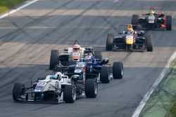 Sergio Sette Camara, Motopark, Dallara Volkswagen; George Russell, Carlin, Dallara Volkswagen, und M