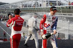 Podio: tercer lugar Mikkel Jensen, Mücke Motorsport y ganador Felix Rosenqvist y segundo lugar Jake