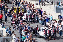 الجماهير في خط الحظائر بعد تصوير السيارات
