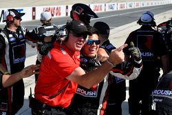 El equipo Roush Fenway Racing celebra la victoria de Buescher