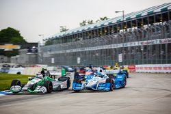 Carlos Munoz, Andretti Autosport Honda et Simon Pagenaud, Team Penske Chevrolet en lutte en piste