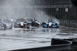 Stefano Coletti, KV Racing Technology et Tony Kanaan, Chip Ganassi Racing Chevrolet se crashent