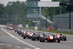 Santino Ferrucci, Mücke Motorsport Dallara Mercedes-Benz ve George Russell, Carlin Dallara Volkswage