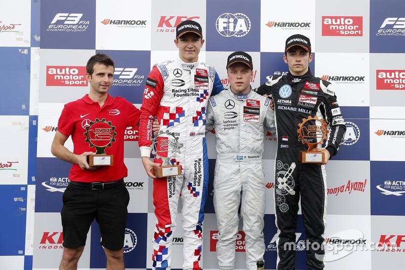 Podium carrera 3: segundo lugar, Jake Dennis, el ganador Felix Rosenqvist, Prema Powerteam y el terc