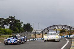 #36 Signatech, Alpine A450b: Paul-Loup Chatin, Nelson Panciatici, Vincent Capillaire und #68 Team AA