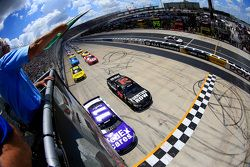 Largada: Denny Hamlin, Joe Gibbs Racing Toyota lidera