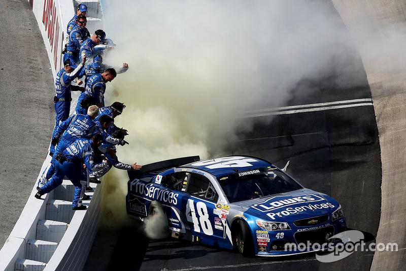 1. Jimmie Johnson, Hendrick Motorsports, Chevrolet, feiert mit seinem Team