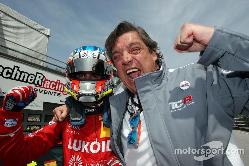 Posisi kedua Pepe Oriola, SEAT Leon, Craft Bamboo Racing LUKOIL bersama dengan ayahnya