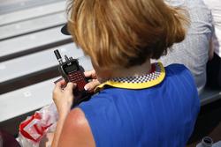 Fan usando una radio de electrónica de carreras