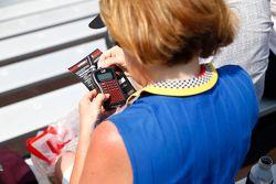 Fan gebruikt een radio