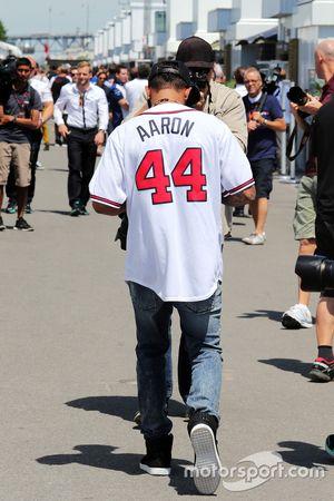 Lewis Hamilton, Mercedes AMG F1, trägt ein Baseball-Trikot der Boston Braves von Hank Aaron