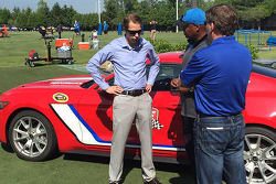 Brad Keselowski ile Detroit Lions Head Coach Jim Caldwell ve Michigan Uluslararası Yarış Pisti Başka