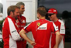 Gino Rosato, Ferrari con Maurizio Arrivabene, director del equipo Ferrari; Sebastian Vettel, Ferrari