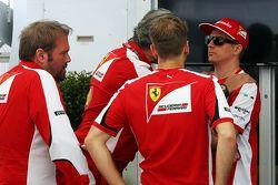 Gino Rosato, Ferrari con Maurizio Arrivabene, Ferrari Team Principal; Sebastian Vettel, Ferrari; e Kimi Raikkonen, Ferrari