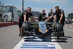Nico Hulkenberg'in Sahara Force India F1 VJM08'i mekanikerler tarafından pitte itiliyor