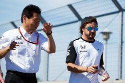 Yasuhisa Arai, Responsabile di Honda Motorsport, cammina in circuito con Fernando Alonso, McLaren