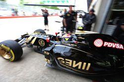Пастор Мальдонадо, Lotus F1 E23 выезжает из гаража