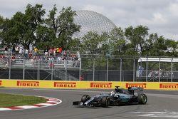 Льюис Хэмилтон разворачивает свой Mercedes AMG F1 W06 в ходе первой тренировки