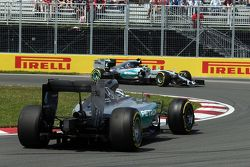 Lewis Hamilton, de Mercedes AMG F1 W06 hace girar en la primera sesión de entrenamientos y es rebasa