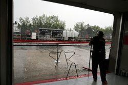 Sahara Force India F1 Takımı mekanikeri yağmurdan dolayı garajı korumaya çalışıyor