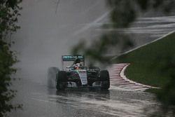 Льюис Хэмилтон, Mercedes AMG F1 W06 попал в дождь во второй пятничной тренировке