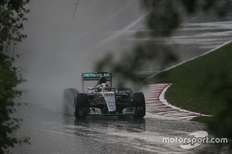Lewis Hamilton, Mercedes AMG F1 W06 heads out di rain di second practice session
